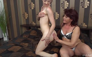 Amateur full-grown Ilona gets her pussy licked by handsome Tess