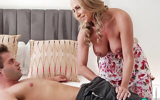 Kenzi Fox Why Swing Repairmen Get Enveloping The Good MILF Ass