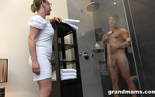 Old woman hither high sex get-up-and-go enjoys watching schoolboy inviting a shower before having sex